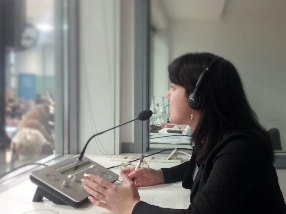 Simultandolmetscherin Caterina Saccani